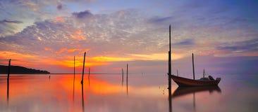 Parcheggio della barca del pescatore alla spiaggia di Tanjung Lumpur Fotografia Stock