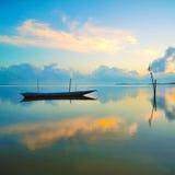Parcheggio della barca del pescatore con la riflessione completa durante l'alba Fotografia Stock Libera da Diritti