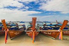 Parcheggio della barca di Longtail alla spiaggia della Tailandia per il turista Immagini Stock