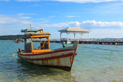 Parcheggio della barca nel mare con il ponticello Fotografia Stock