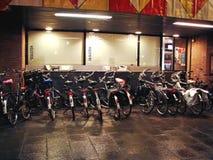Parcheggio della bici alla notte Gorinchem. I Paesi Bassi Fotografie Stock Libere da Diritti
