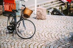 Parcheggio della bicicletta nella grande città Istante tonificato fotografia stock