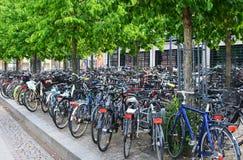 Parcheggio della bicicletta in una città europea Fotografie Stock Libere da Diritti