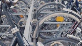 Parcheggio della bicicletta in una grande città stock footage