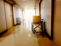 Parcheggio della sedia a rotelle nella parte anteriore di stanza in ospedale Sedia a rotelle accessibile alla gente anziana o mal immagini stock