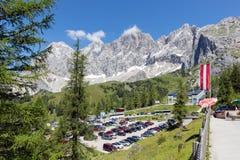Parcheggio della stazione della cabina di funivia del ghiacciaio di Dachstein dell'austriaco Fotografia Stock Libera da Diritti
