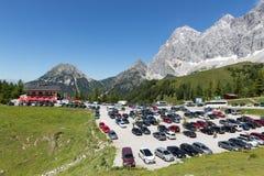 Parcheggio della stazione della cabina di funivia del ghiacciaio di Dachstein dell'austriaco Immagine Stock Libera da Diritti