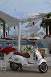 Parcheggio della vespa al club della spiaggia Immagine Stock