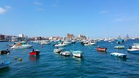 Parcheggio delle barche e degli yacht nella baia Fotografia Stock Libera da Diritti