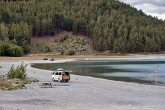 Parcheggio di Campervan dalla riva del lago nel lago Tekapo, isola del sud della Nuova Zelanda Fotografia Stock Libera da Diritti