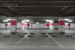 parcheggio di effetto di contrasto di colori sotterraneo Fotografie Stock Libere da Diritti
