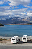 Parcheggio di Motorhome dalla riva del lago nel lago Tekapo, isola del sud della Nuova Zelanda Immagini Stock Libere da Diritti