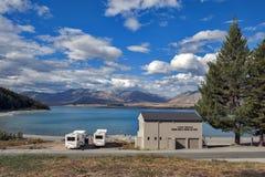 Parcheggio di Motorhome dalla riva del lago nel lago Tekapo, isola del sud della Nuova Zelanda Fotografia Stock Libera da Diritti