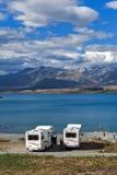 Parcheggio di Motorhome dalla riva del lago nel lago Tekapo, isola del sud della Nuova Zelanda Fotografie Stock