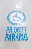 Parcheggio di priorità Le marcature internazionali per handicappato Fotografia Stock Libera da Diritti