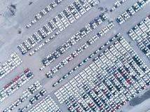 Parcheggio di vista aerea a porto marittimo o alla vendita o all'esportazione aspettante di fabbricazione ad universalmente immagini stock libere da diritti