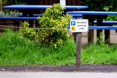 Parcheggio disabile sopra nel parcheggio rurale della campagna alla riserva naturale fotografia stock libera da diritti