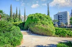 Parcheggio e fare il giardinaggio in Rishon LeTsiyon fotografie stock libere da diritti