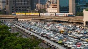 Parcheggio e Skytrain delle automobili alla stazione di BTS Skytrain Immagini Stock