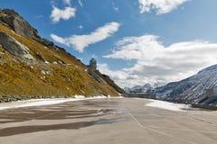 Parcheggio e torre di osservazione al Grossglockner in Austria Fotografia Stock