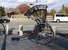 Parcheggio giapponese del risciò accanto alla strada per i servizi facenti un giro turistico intorno alla zona turistica Fotografie Stock Libere da Diritti