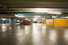 parcheggio interno del garage sotterraneo Fotografie Stock Libere da Diritti