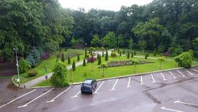 Parcheggio nel parco dopo la pioggia fotografie stock libere da diritti