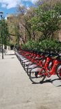Parcheggio rosso della bicicletta a Barcellona immagini stock