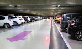 Parcheggio sotterraneo del seminterrato immagine stock