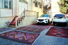 Parcheggio su un tappeto da vendere nella vecchia città di Icheri Sheher Così dimostri la qualità di fotografia stock