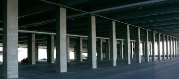Parcheggio urbano del paesaggio e struttura in cemento armato Immagini Stock