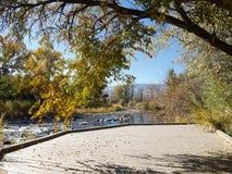 Parcheggio vicino al fiume Fotografia Stock Libera da Diritti