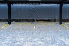 Parcheggio vuoto con le fermate gialle dell'automobile fotografia stock