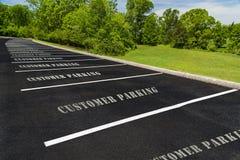 Parcheggio vuoto del cliente del parcheggio fotografia stock libera da diritti