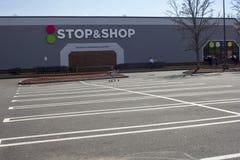 Parcheggio vuoto durante il colpo del negozio & di arresto fotografia stock
