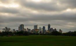 Parco Austin di Zilker su un'erba verde di giorno nuvoloso Fotografia Stock Libera da Diritti