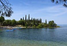 Parco Baia delle Sirene, Punta San Vigilio, Garda sjö, Italien Royaltyfri Bild