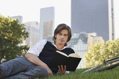 Parco bello di Reading Book In dell'uomo d'affari Immagini Stock Libere da Diritti