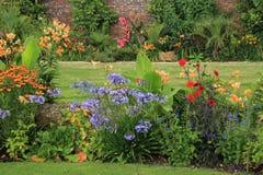 Parco con i fiori di fioritura Fotografie Stock Libere da Diritti