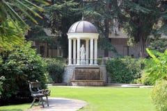 Parco con un gazebo bianco ed i banchi Fotografia Stock