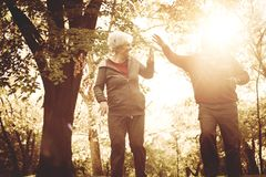 Parco corrente e conversazione della depressione delle coppie senior fotografia stock libera da diritti