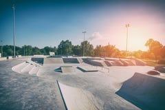 Parco del pattino di giorno Skatepark urbano del calcestruzzo di progettazione Fotografia Stock