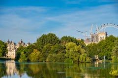 Parco del ` s di St James a Londra con l'occhio di Londra nei precedenti immagine stock libera da diritti