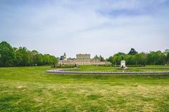 Parco dell'erba verde dalla proprietà terriera inglese della campagna fotografie stock libere da diritti