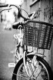 Parco della bicicletta alla via in bianco e nero Fotografia Stock