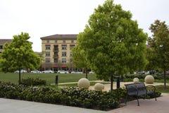 Parco della città, banco, casa, scultura Fotografie Stock