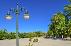 Parco della città con la vecchia luce della città della via Fotografia Stock Libera da Diritti