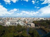 Parco della città sotto cielo blu con orizzonte del centro nei precedenti Fotografia Stock