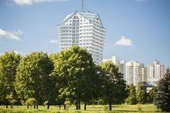 Parco della primavera e città moderna Giorno di estate caldo in città con moderno Fotografia Stock