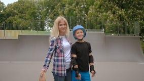 Parco della rampa del rullo di carriera di sport del figlio di sostegno della madre stock footage
